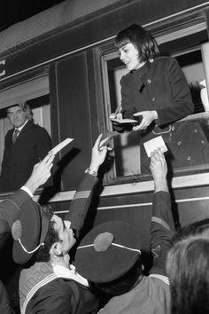Mireille Mathieu signant des autographes pour les marins du porte-avions Foch au moment des adieux, depuis la fenêtre du compartiment de son train, 1970