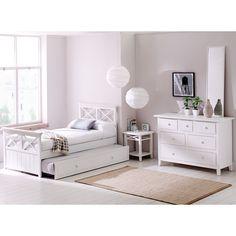 Con un cierto encanto clásico y vocación atemporal, este dormitorio encierra una atractiva esencia romántica llena de estilo. Además, destaca por su luminosidad que ampliará visualmente los espacios y que te resultará muy fácilmente combinable.
