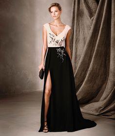 CELESTE krep kumaştan yapılmış iki renkli bir elbisedir. V yakalıdır ve değerli taş işlemelidir. Pronovias'ın sunduğu bu Kokteyl Elbiseyi keşfedin.