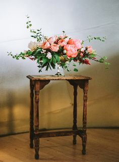 Beautiful wedding flower arrangements idea - shades of peach and coral wedding flower #centerpieces #flowerarrangement #weddingdecor #weddingflowers