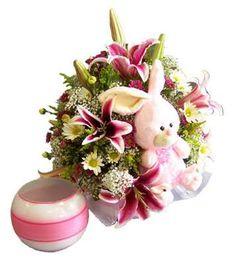 Exclusivo boul con delicado arreglo floral de lirios acompañado de peluche.