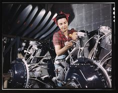 """15 Vivid Color Photos Show The Real-Life """"Rosie The Riveter"""" This says to me """"I am woman, hear me roar!"""""""