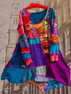This artist breaks all the sewing rules of grain direction & finishing edges; breaks major design rules on harmony, balance and more and does it all in a fabulously beautiful way. Gypsy Style, My Style, Quoi Porter, Altered Couture, Altering Clothes, Cycling Outfit, Mode Inspiration, Boho Outfits, Diy Clothes
