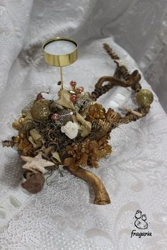 Krem, biel i złoto... Na bazie naturalnych dodatków: bombki, wstążki i anioł.