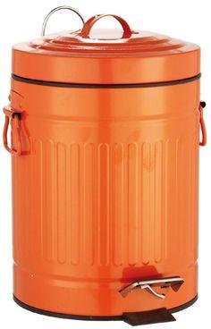 Witziger Abfalleimer für das Bad aus pulverbeschichteten Metall in orange in Form einer Mülltonne. Der Deckel verfügt über eine praktische Absenkautomatik. Gesehen für € 29,95 bei kloundco.de.