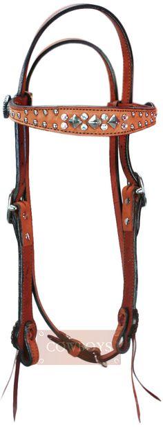 cabeçada para Cavalo em Couro com Detalhes em Strass e Rebites    cabeçada feita em couro, com correia regulável, rebites, strass e margarida com a modalidade três tambores. Ideal para os amantes do estílo country e pessoas que gostam de deixar seus cavalos ainda mais bonitos para provas ou para o treino. Seu cavalo merece os produtos de alta qualidade que só as Lojas Cowboys proporcionam para você.