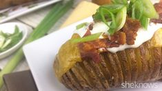 Hasselback potatoes don't have to be hard (or dangerous) to slice if you use this simple method Microwave Vegetables, Hasselback Potatoes, Loaded Baked Potatoes, Swedish Recipes, Comfort Food, Dinner Menu, Potato Recipes, Stuffed Peppers, Simple