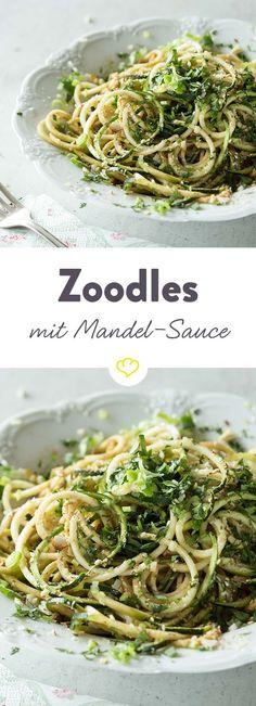 Versuch doch mal diese Zucchinipasta. Ruckzuck hast du eine feinwürzige Mandelsauce zu den knack-frischen Gemüsefäden zubereitet und deinen Hunger gestillt.