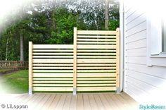 Bilderesultat for Altan räcke Privacy Fence Designs, Pergola Designs, Diy Pergola, Outside Living, Outdoor Living, Garden Sitting Areas, Modern Fence Design, Wooded Landscaping, Backyard Plan