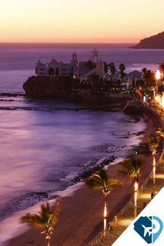 Mazatlán es un destino gastronómico sobresaliente; aquí podrás saborear los mariscos más frescos de México. Prueba los tacos de marlín, el aguachile y el chicharrón de calamar. ¡Son un manjar!