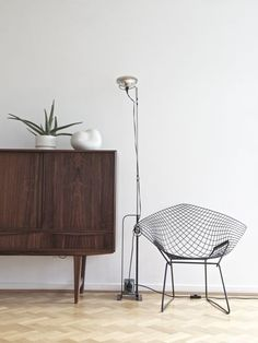 Diamond Chair by Harry Bertoia for Knoll at Minna Jones' home. Plywood Furniture, Furniture Design, Harry Bertoia, Interior Minimalista, Interior Design Inspiration, Home And Living, Nordic Living, Interior Styling, Decorating Your Home