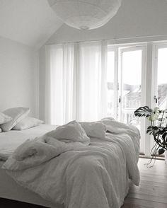 Minimalist Home Interior Quiet winter morning Home Bedroom, Bedroom Decor, Bedrooms, Scandinavian Style Bedroom, Minimal Bedroom, Elegant Homes, My New Room, Minimalist Home, House Rooms