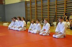Aikido Kindertraining mit Aikido Kyuprüfungen in der Auhofschule, Linz, 12. Juni 2015: Kinder vor der Prüfung