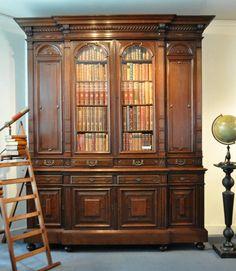 Breakfront bibliotheekkast MET 8 deuren 8 laden.