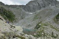 Sopra il rifugio Artuik si trova questo piccolo lago dal colore smeraldo - www.tiamotrentino.it
