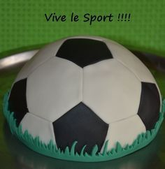 gâteau ballon de foot Gateau Cake, Soccer Birthday, Soccer Ball, Amazing Cakes, Party Themes, Sports, Psg, Birthday Cakes, Creme