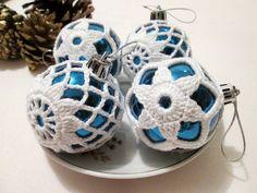 Bolas Natalinas com detalhe em crochê, ideais para decorar arranjos e arvore de natal.