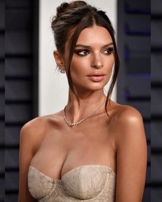 Best Hair and Makeup Looks From the 2019 Vanity Fair Oscars Party Emily Ratajkowski Maquillage Emily Ratajkowski, Emily Ratajkowski Make Up, Emily Ratajkowski Vanity Fair, Beautiful Celebrities, Gorgeous Women, Beautiful Models, Celebrity Magazines, Vanity Fair Oscar Party, Hollywood Celebrities