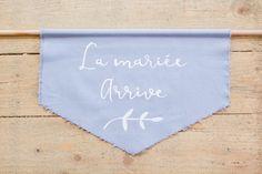 Panneau en tissus bleu, La mariée arrive! Calligraphié à la main. Organisation et Décoration: Atelier Blanc ATLB  Crédit Photo: Romain Deligny
