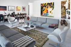 Jeg vil bo i den her über cool lejlighed!! Lissoni sofaer, PK61 marmor bord, vintage tæppe, Arne Jacobsens svane, kubus stage og masser af kunst.
