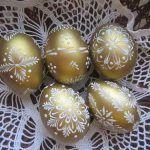 Пасхальные яйца с золотым декором Egg Crafts, Easter Crafts, Holiday Crafts, Polish Easter, Easter Egg Pattern, Carved Eggs, Egg Tree, Easter Egg Designs, Easter Religious