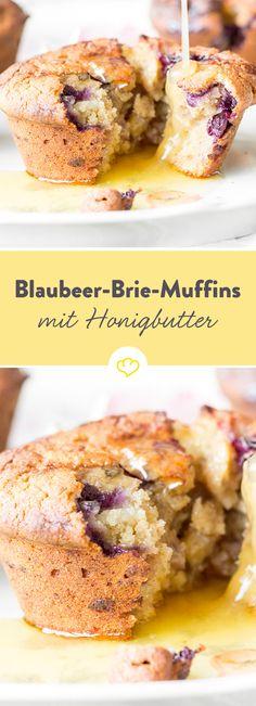 Moment, was? Cremig-schmelzender Brie in süßen Blaubeer-Muffins? Oh ja! Was die Kombination noch besser macht? Warme Honigbutter – so unglaublich gut!