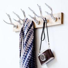 Diese besondere Garderobenleiste bietet durch die sechs Haken in Geweih-Form viel Platz für Ihre Jacken und Mäntel. Der Kontrast zwischen Holz und Aluminium wirkt hier besonders edel.