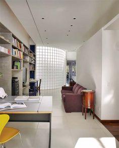 Tijolo de Vidro: Modelos, Preços e 60 Fotos Inspiradoras! Bungalows, Glass Brick, Corner Desk, Conference Room, Divider, Interior, Modern, Table, Design