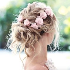 Messy bun with pink roses by Elvira Jonsson