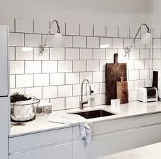 Whether your kitchen is modern or traditional look, there is an endless option for your kitchen backsplash ideas to match it. The kitchen backsplash is a must, functionally and aesthetically. Condo Kitchen, Kitchen Dinning, New Kitchen, Kitchen Decor, Backsplash Cheap, White Kitchen Backsplash, Kitchen Tiles, Beautiful Kitchens, Cool Kitchens