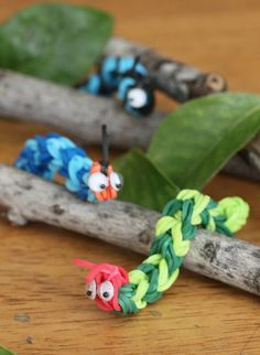 The kids are going to love making these Crazy-Cute Rainbow Loom Caterpillars. They can use their imaginations and make the most colorful caterpillars they can think of. One of the easiest rainbow loom designs, these caterpillars are sure to be a hit. Rainbow Loom Patterns, Rainbow Loom Creations, Rainbow Loom Bands, Rainbow Loom Charms, Rainbow Loom Bracelets, Rainbow Loom Animals, Rainbow Loom Keychain, Loom Band Animals, Hungry Caterpillar
