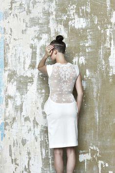 a75c46f530d6 Láska Biele minimalistické šaty puzdrového strihu s čiernym detailom
