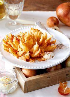 Geniales Fingerfood: Die goldbraun gebackene Zwiebelblume kommt bei hungrigen Partygästen immer richtig gut an!