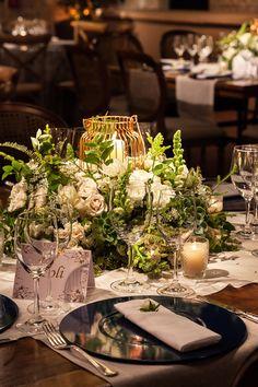 Decoração de casamento em verde e branco no Contemporâneo 8076 - Constance Zahn | Casamentos Wedding Decorations, Table Decorations, Flower Centerpieces, Just Married, Greenery, Our Wedding, Table Settings, Marriage, Mix