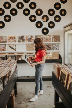 Love these Record shop photos Music Aesthetic, Aesthetic Vintage, Vintage Vibes, Retro Vintage, Throwback Music, Estilo Indie, Style Photoshoot, Looks Street Style, Looks Vintage