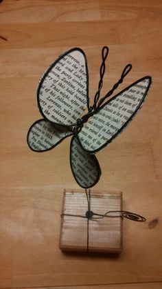 Finished this fun butterfly. – Customize this funny butterfly. Wire Hanger Crafts, Wire Crafts, Copper Wire Art, Diy Cans, Diy Bottle, Simple Flowers, Diy Paper, Diy Design, Butterfly