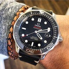 Montre Omega Seamaster portée avec un bracelet en cuir tressé #mode #look #style…
