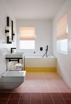 Home Interior Vintage bathroom sunset ombre floor.Home Interior Vintage bathroom sunset ombre floor Minimalist Bathroom, Modern Bathroom, Home Interior, Bathroom Interior, Interior Plants, Design Bathroom, Ideal Home Show, Deco Rose, Decor Scandinavian
