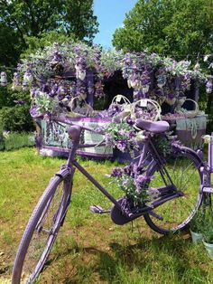 Charming Bicycle Planter Ideas For Your Backyard You'll Love - Garden Decor Bicycle Painting, Bicycle Art, Beautiful Gardens, Beautiful Flowers, Bike Planter, Lavender Garden, Lavender Planters, Love Garden, Garden Ideas