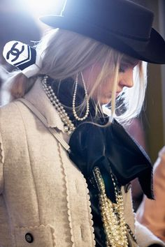 BACKSTAGE 2013/14 MÉTIERS D'ART SHOW – Chanel News - Fashion news and behind the scene features