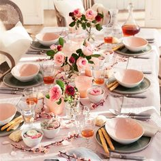 Decorate with flowers: 12 ideas to dress your house in Spring Wedding Table Decorations, Decoration Table, Dresser La Table, Table Setting Inspiration, Pink Table, Beautiful Table Settings, Dinning Table, Table Arrangements, Dinner Sets