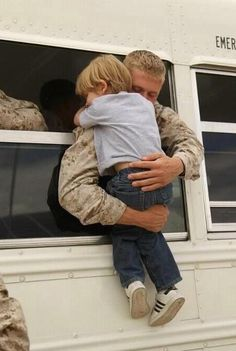 Hugs - this inspires me because it shows so much love! Love for his family, love for his country and love for me (who he does not even know) because he is doing what he said he would do! Real Hero, My Hero, My Champion, The Embrace, Military Love, Military Families, Military Pins, Military Photos, Support Our Troops