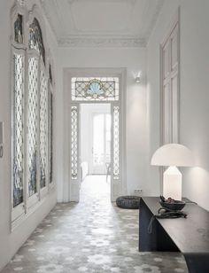En pleno ensanche barcelonés y de estilo modernista se presenta la renovación de esta vivienda. La distribución apenas se ha tocado pe...