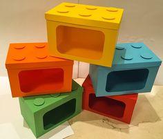 Caixinha tipo Lego confecionada em Color Plus 180g nas medidas 12cm de frente, altura 8cm e Largura 8cm. <br>Com visor com acabamento em acetato fino. <br>Podendo ser utilizada apra Pipoca, Biscoito de Polvinho ou Marshmallow. Cores Variadas
