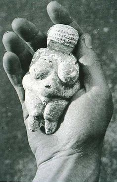 Venus of Willendorf, - BC fertility figure. Signs of fertility are indicated by large breasts and wide hips # art Ancient Goddesses, Gods And Goddesses, Ancient Mysteries, Ancient Artifacts, Art Pariétal, Art Premier, Goddess Art, Divine Goddess, Mother Goddess