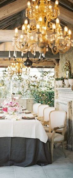 A chandelier can make or break a decoration. See the unique lamps that will make you never turn the lights off . Turn Off Dining Room Light French Decor, French Country Decorating, Country French, French Style, Outdoor Rooms, Outdoor Dining, Dresser La Table, Beautiful Table Settings, Room Lamp