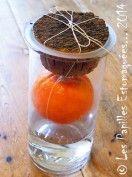 """"""" L'orange qui pleure, une recette trouvée dans le livre intitulé Cadeaux gourmands. """" (Pour ≈ 1,250 ml) : 1 orange bio (zeste + jus) 500 ml d'alcool à fruits (40-45°C) Ficelle à barder 1 bocal de 2 litres à large ouvertur"""