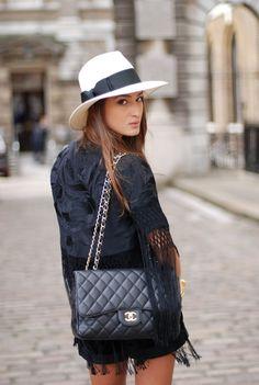 """Si piensas en invertir en un bolso que nunca pase de moda y puedas combinar con todo, el modelo acolchado o """"quilted"""" famoso de Chanel es el indicado."""