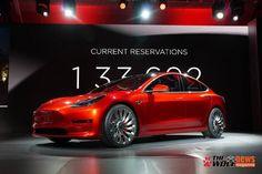 Elon Musk je v Kaliforniji razkril novi Tesla 3. Oblikovno je zmes modelov S in X, notranjost razkriva tradicionalni velik digitalni zaslon, funkcije avtopi