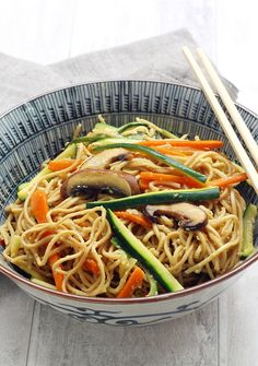 Wok of fried noodles with vegetables and mushrooms Wok Recipes, Veggie Recipes, Asian Recipes, Vegetarian Recipes, Cooking Recipes, Healthy Recipes, Ethnic Recipes, Healthy Food, Chop Suey